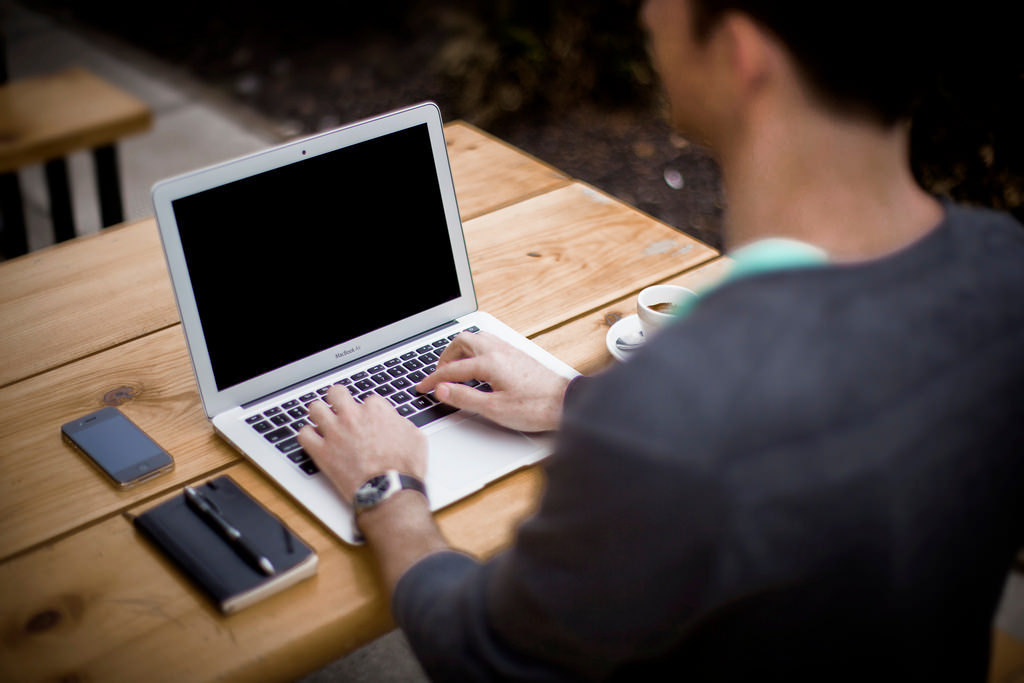 Man op laptop